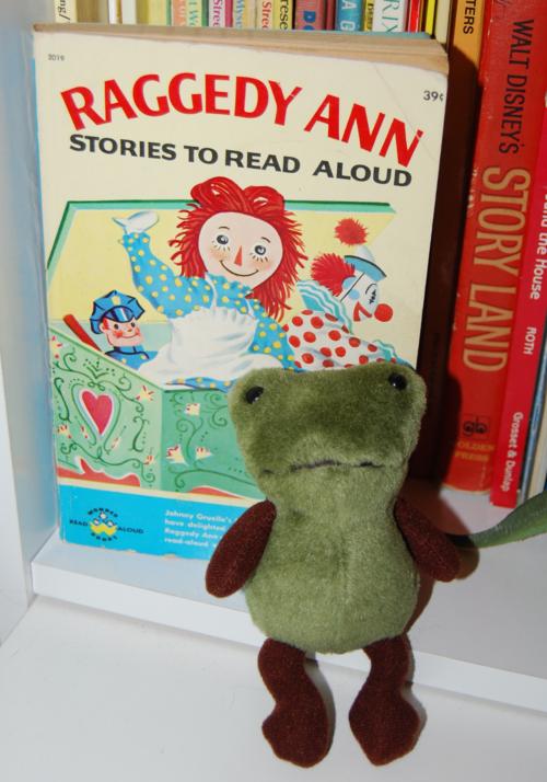 Petit loup frog toy 1