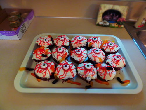 Crawling with worms eyeball cupcakes 3